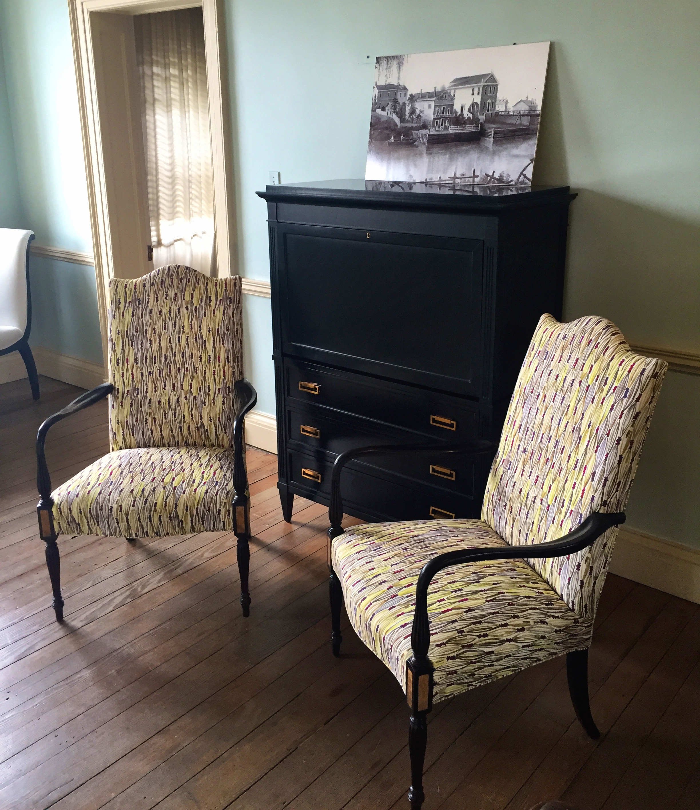 The Martha Washington chairs (an apt choice for this patriotic house) and Alice secretary—both in one of the mansion's wide hallways—are by Hickory Chair.